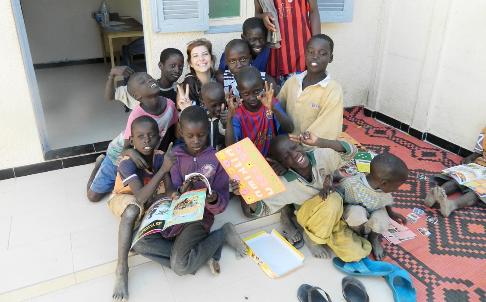 セネガルで子供のケア活動にあたる高校生ボランティア